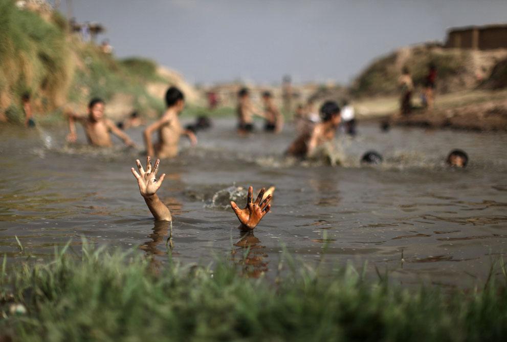 muhammed-muheisen-afghan-children-refugee-28