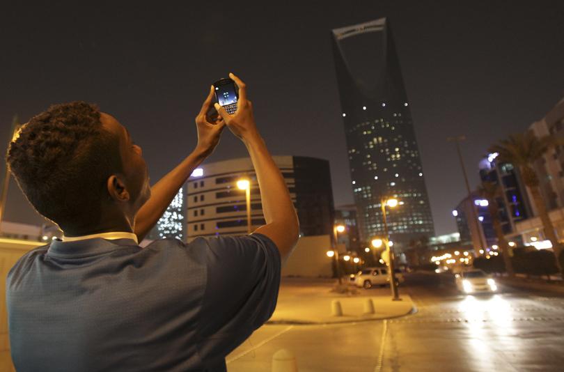 earth-hour-2014-kingdom-tower-saudiarabia