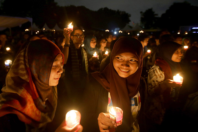 earth-hour-2014-women-light-candles-in-jakarta-indonesia