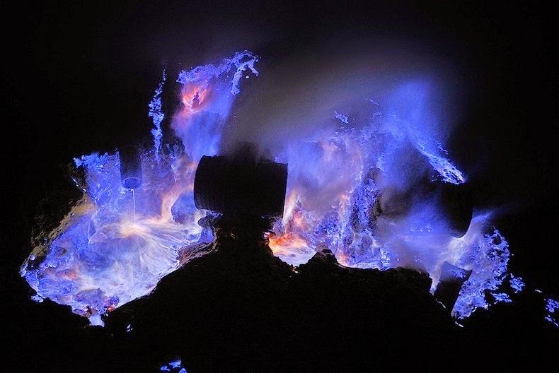 kawah-ijen-blue-lava-06