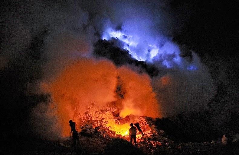 kawah-ijen-blue-lava-07
