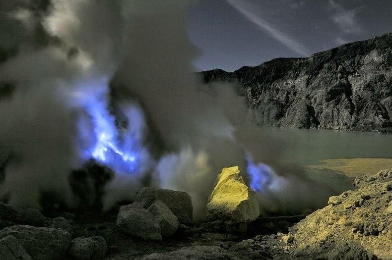 kawah-ijen-blue-lava-12