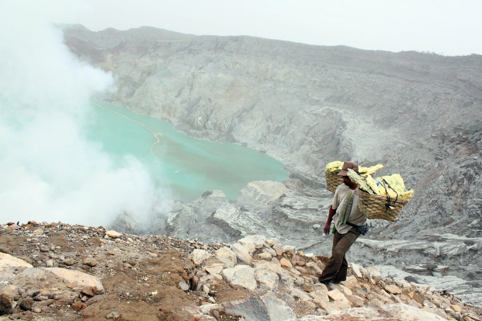 kawah-ijen-blue-lava-14