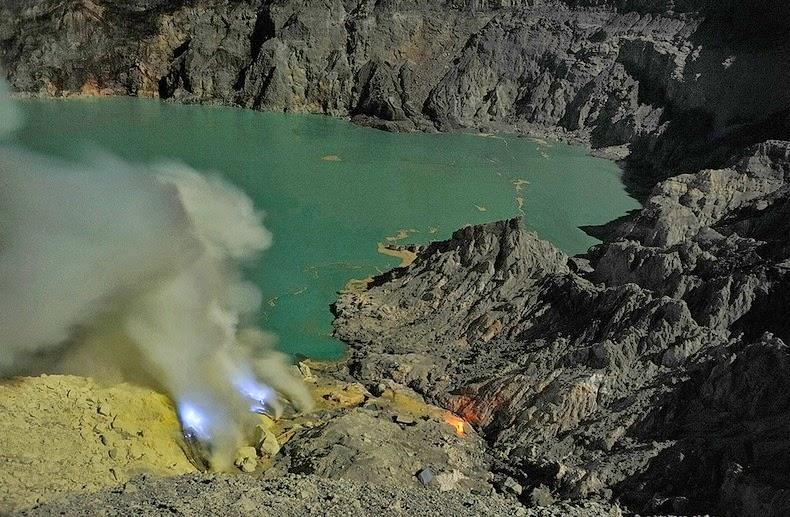 kawah-ijen-blue-lava-17