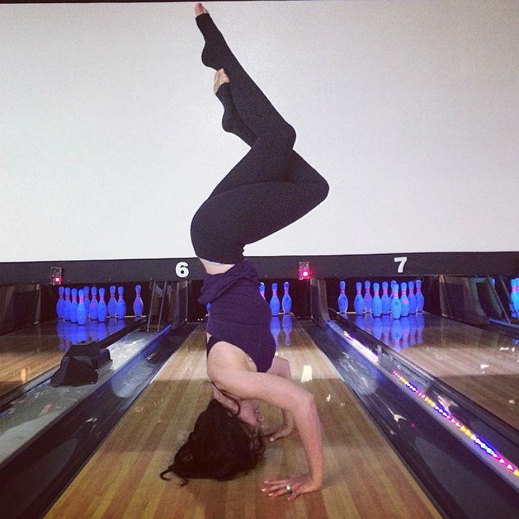 hilaria-baldwin-yoga-postures-of-the-day-03
