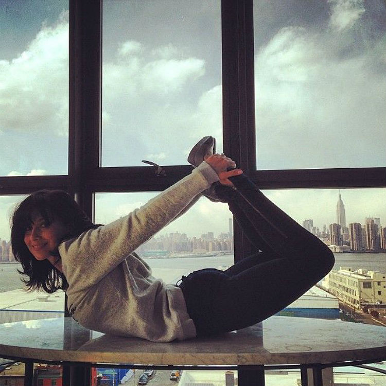 hilaria-baldwin-yoga-postures-of-the-day-08