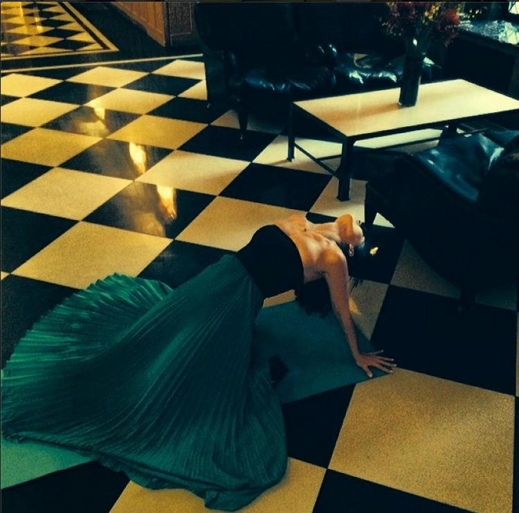 hilaria-baldwin-yoga-postures-of-the-day-16