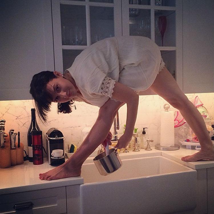 hilaria-baldwin-yoga-postures-of-the-day-24
