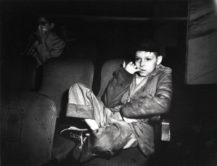 arthur-fellig-Weegee-movie-theater-03