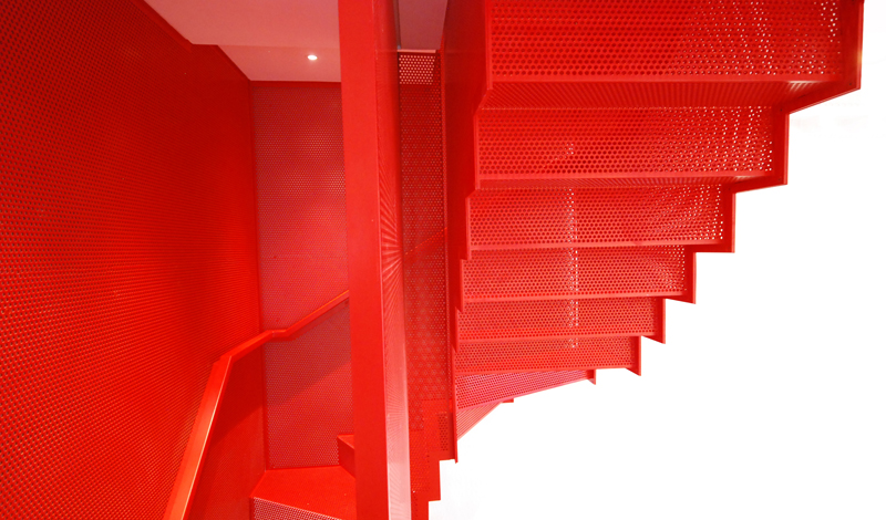 hanging_red_staircase_london_house_diapo_08
