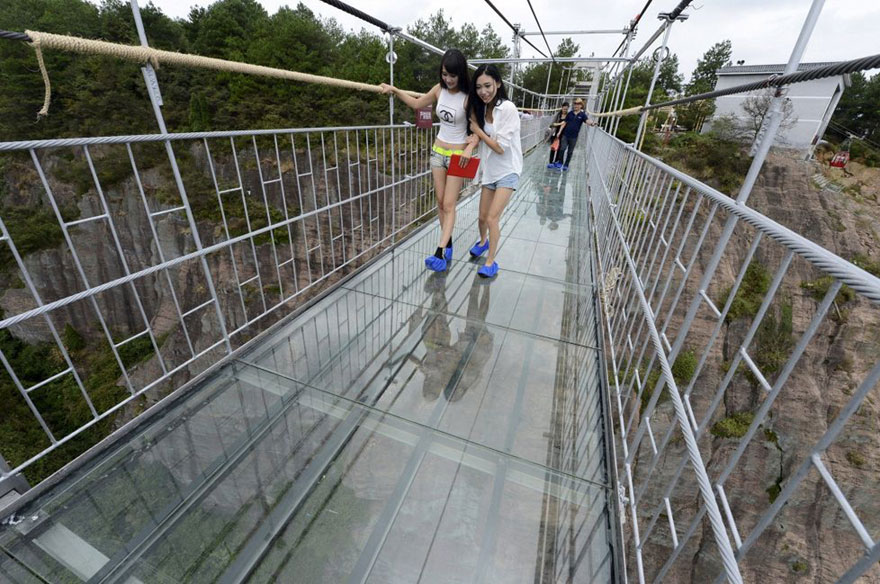 glass-bottomed-bridge-hunan-china-03
