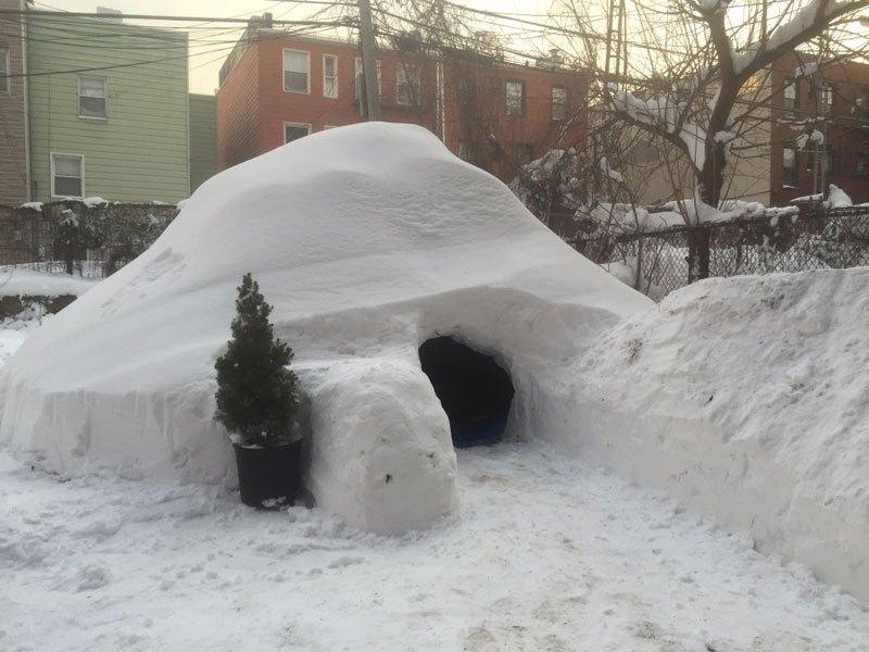 Patrick-Horton-builds-igloo-airbnb-brooklyn-new-york-blizzard-2016-04